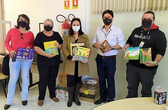 Uenp doa livros para a Educação de Sertanópolis